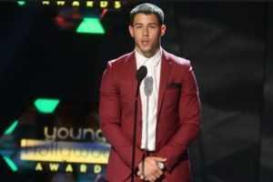 Nick Jonas sufrió una erección ¡en pleno escenario!
