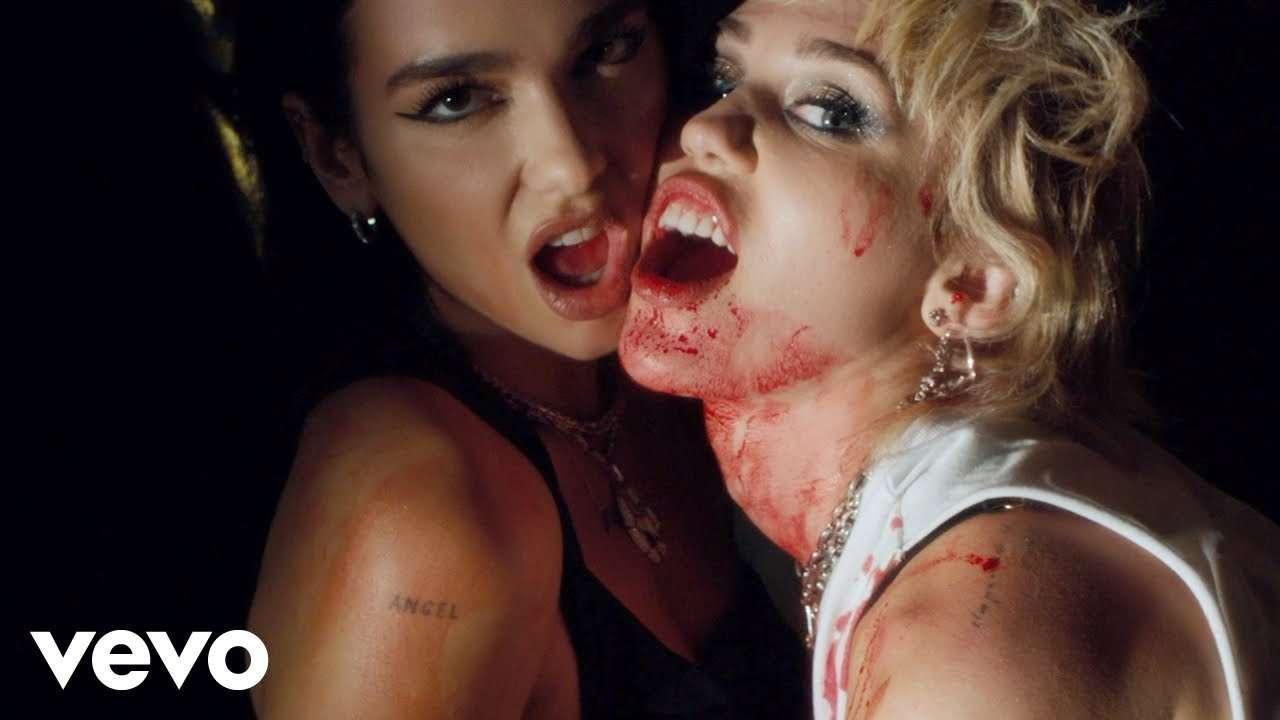 """Ya está aquí """"Prisoner"""", el sangriento vídeo de Dua Lipa y Miley Cyrus"""